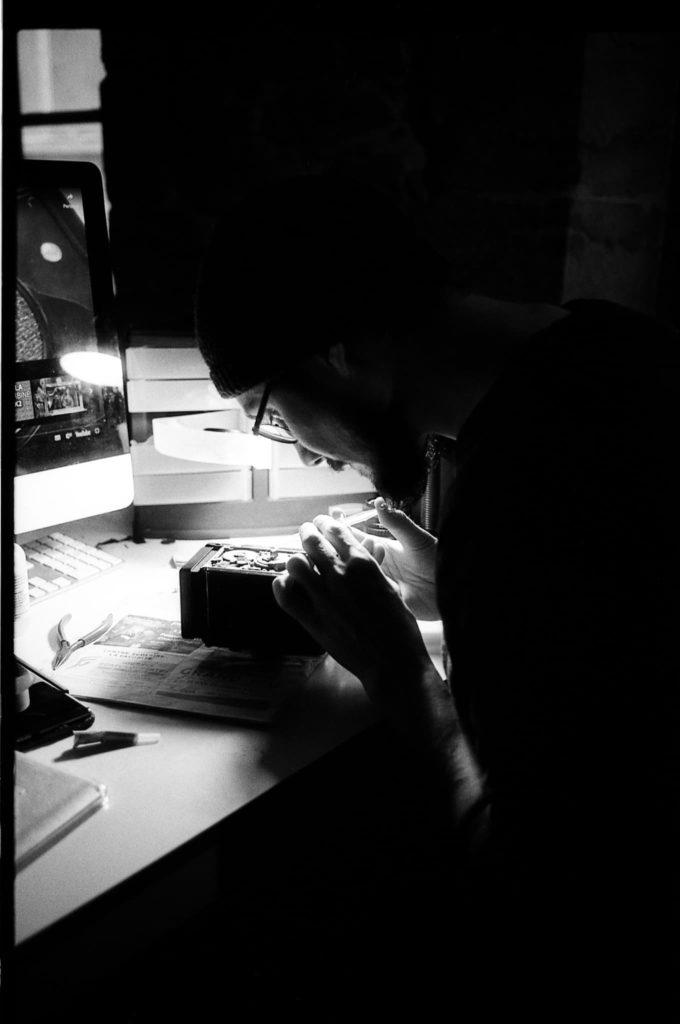 Réparation d'un appareil photo moyen format Yashica // Noir et blanc vertical // photo Virgil Roger